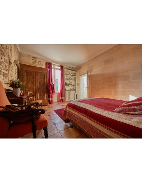 Une des chambres du château vue sur vignes et piscine