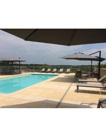 Aux beaux jours, la piscine entouré de vignes à perte de vue