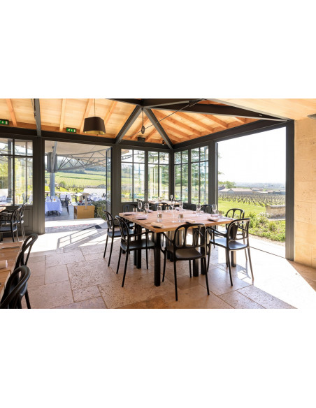 Le restaurant gourmet vu de l'intérieur...baies vitrées ouvertes sur vignes...