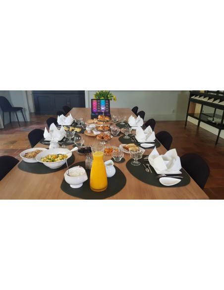 Un petit déjeuner copieux et à base de produits frais et locaux vous est servi chaque matin au Château