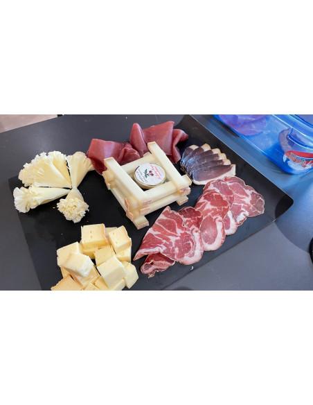 Ardoise fromages et charcuteries à déguster depuis la terrasse panoramique du Château :)