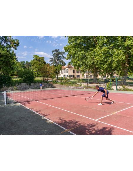 Sur place, le tennis, pensez à emmener vos raquettes :)