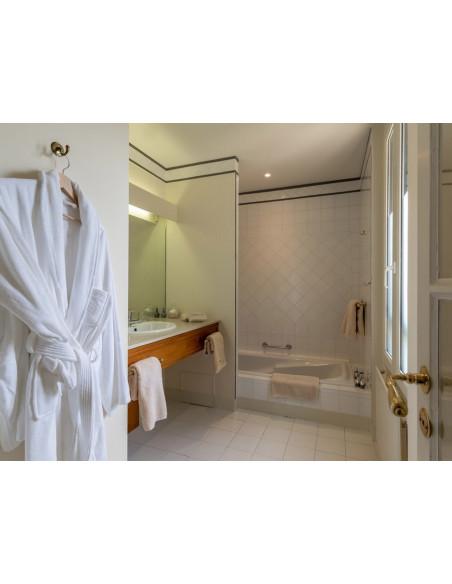 Salle de bains avec douche et baignoire :)