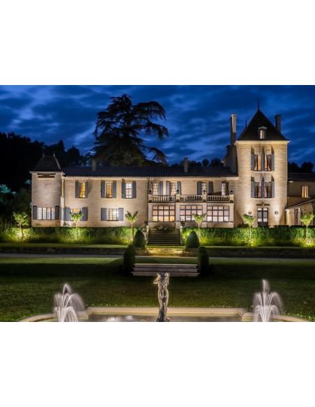 Autre vue du Château éclairé la nuit, un cadre parfait pour votre séjour Luxe, à 2 mn de Saint-Emilion