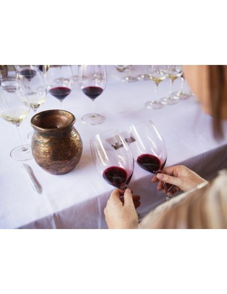 Regardez attentivement la couleur du vin qui vous donne des indications sur l'âge du vin