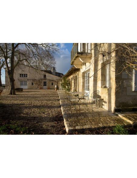 Le Château où prend place votre hébergement, les viticulteurs élaborent du vin BIO !
