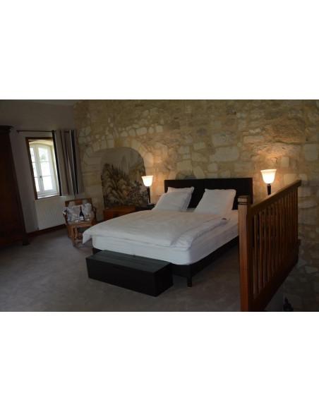 Une des chambres du Château avec pierres apparentes