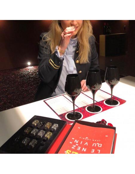 En pleine concentration, démarrez par un jeu d'arômes des vins
