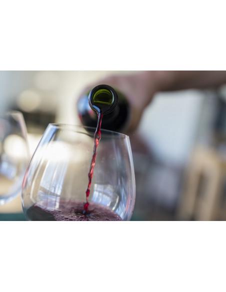Le service du vin, admirez la couleur du vin...