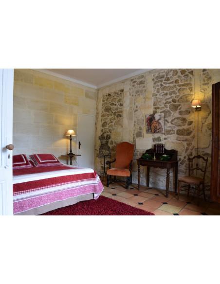 Chambre en rez de chaussée du Château avec petite terrasse vue sur vignes, pas mal...