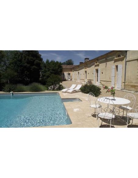 Aux beaux jours, piscine et transats entouré de vignes à perte de vue !