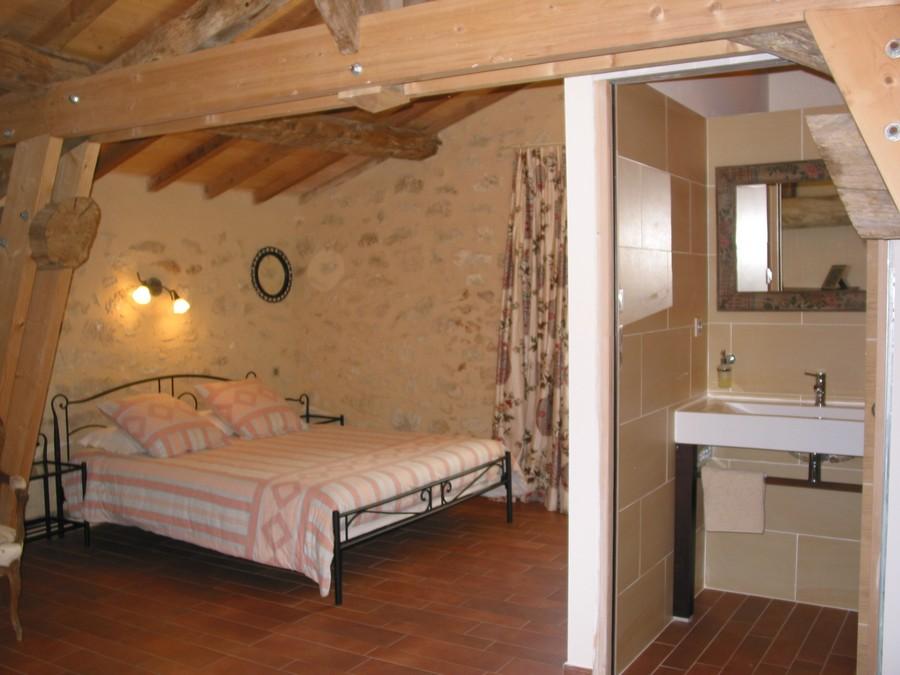 Chambre rose chez le vigneron Saint-Emilion