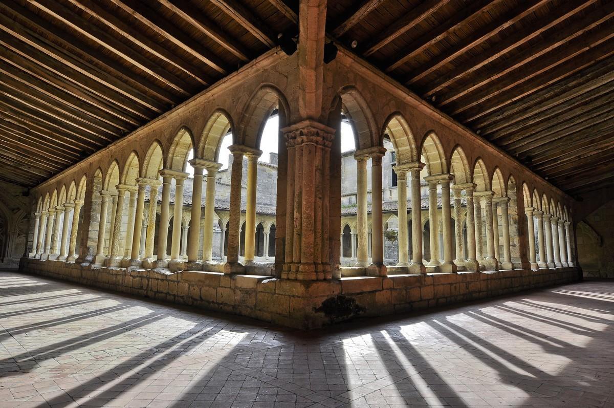 Cloître de Saint-Emilion et superbes colonnes