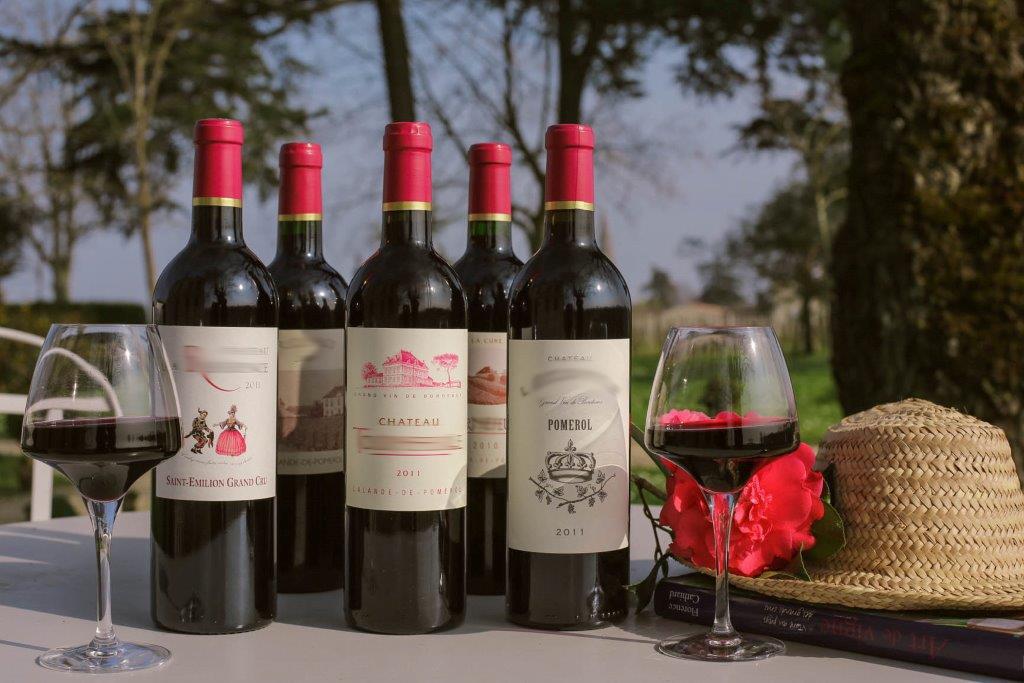 Jolie table avec bouteilles de vin rouge