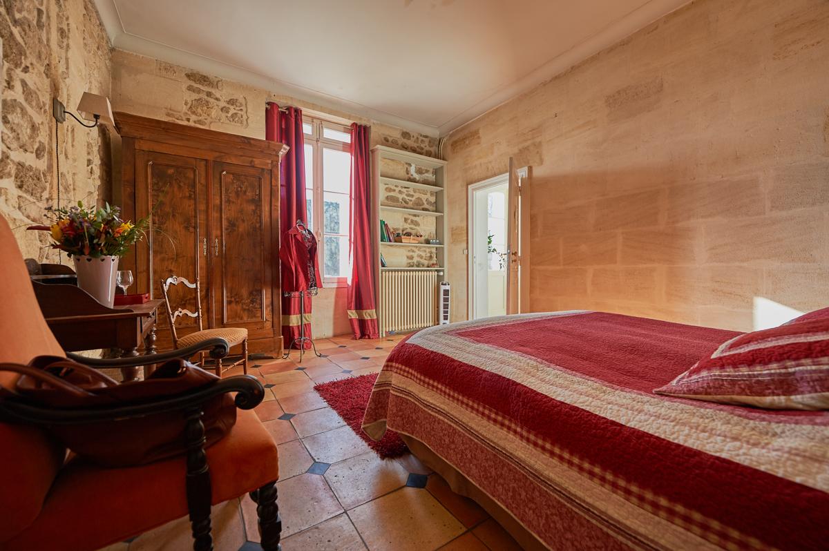 Chambre rouge en pierre au château