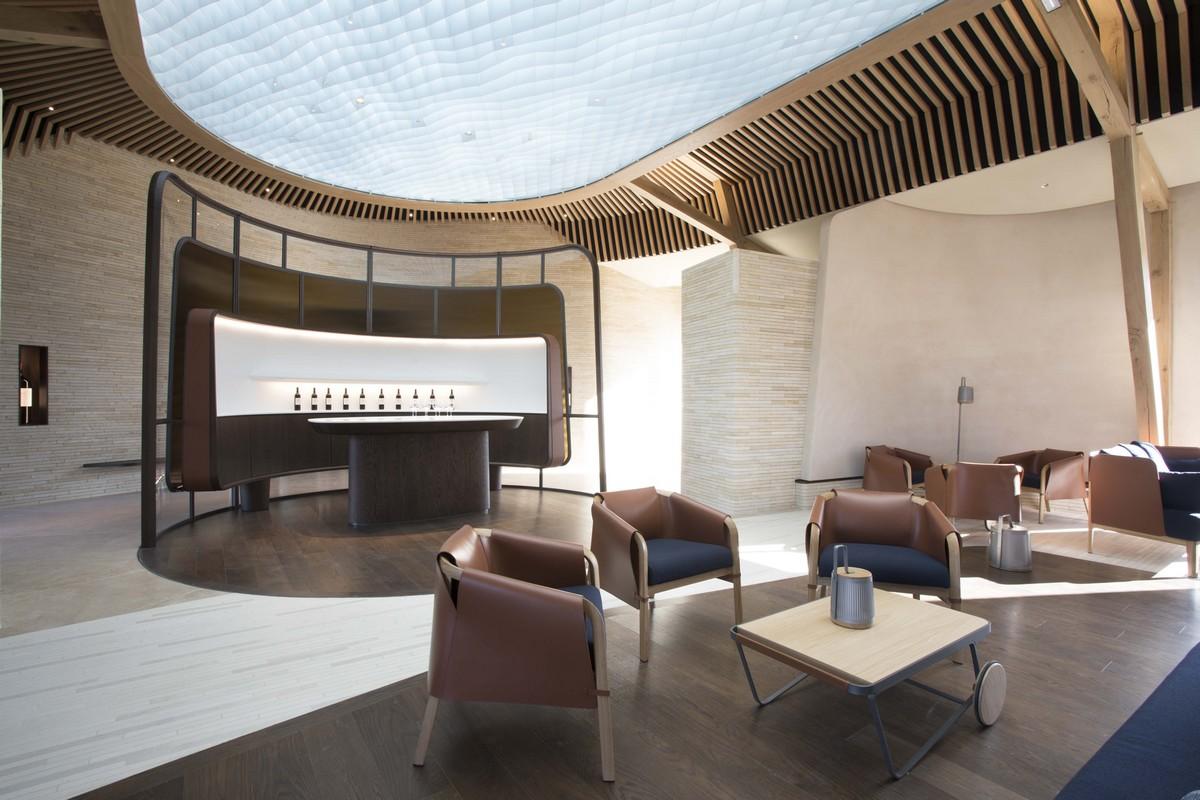 Belle salle de dégustation avec salon et fauteuils