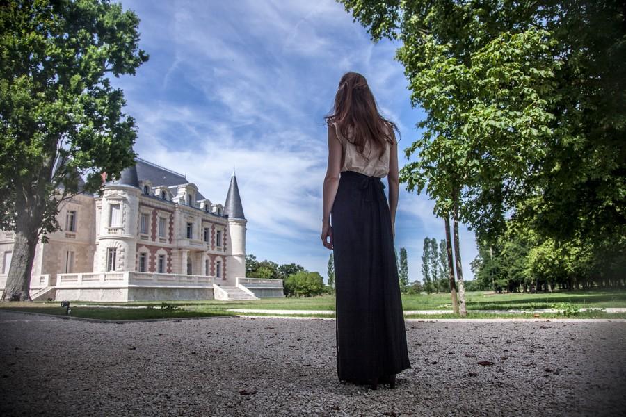 Dame admire le château dans le Haut-Médoc