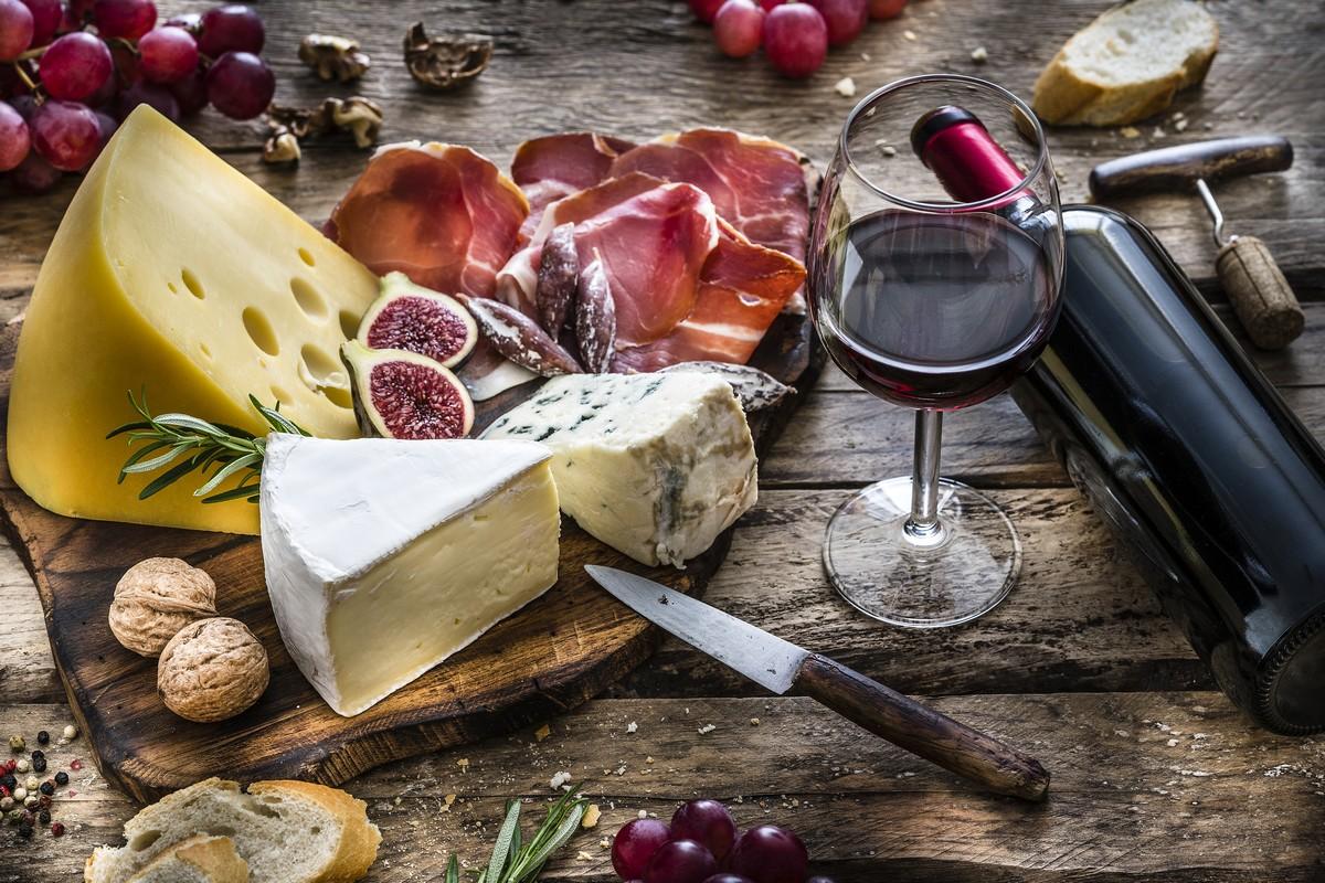 Fromages et verres de vin de Bordeaux