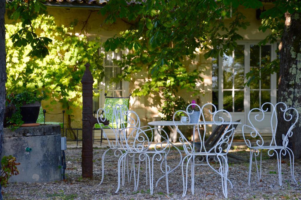 Tables de jardin au château romantique