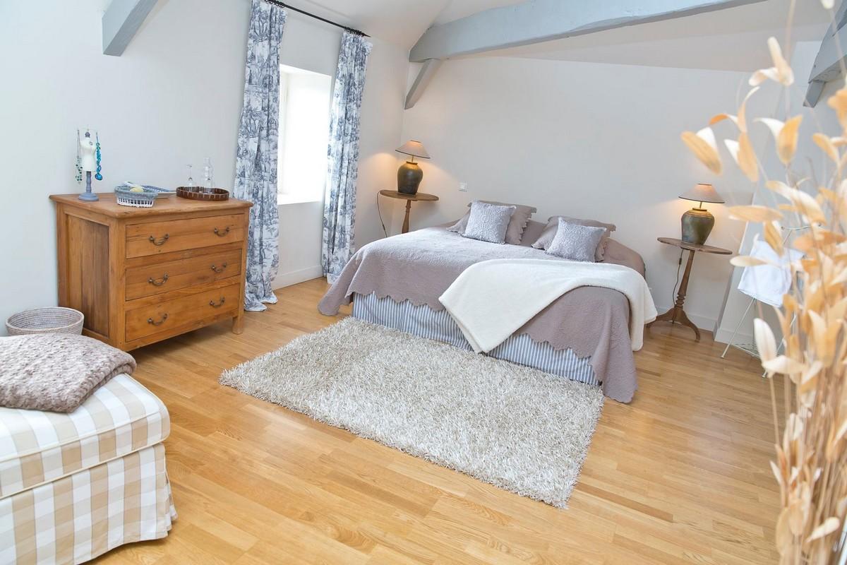 Jolie chambre beige en bois au château