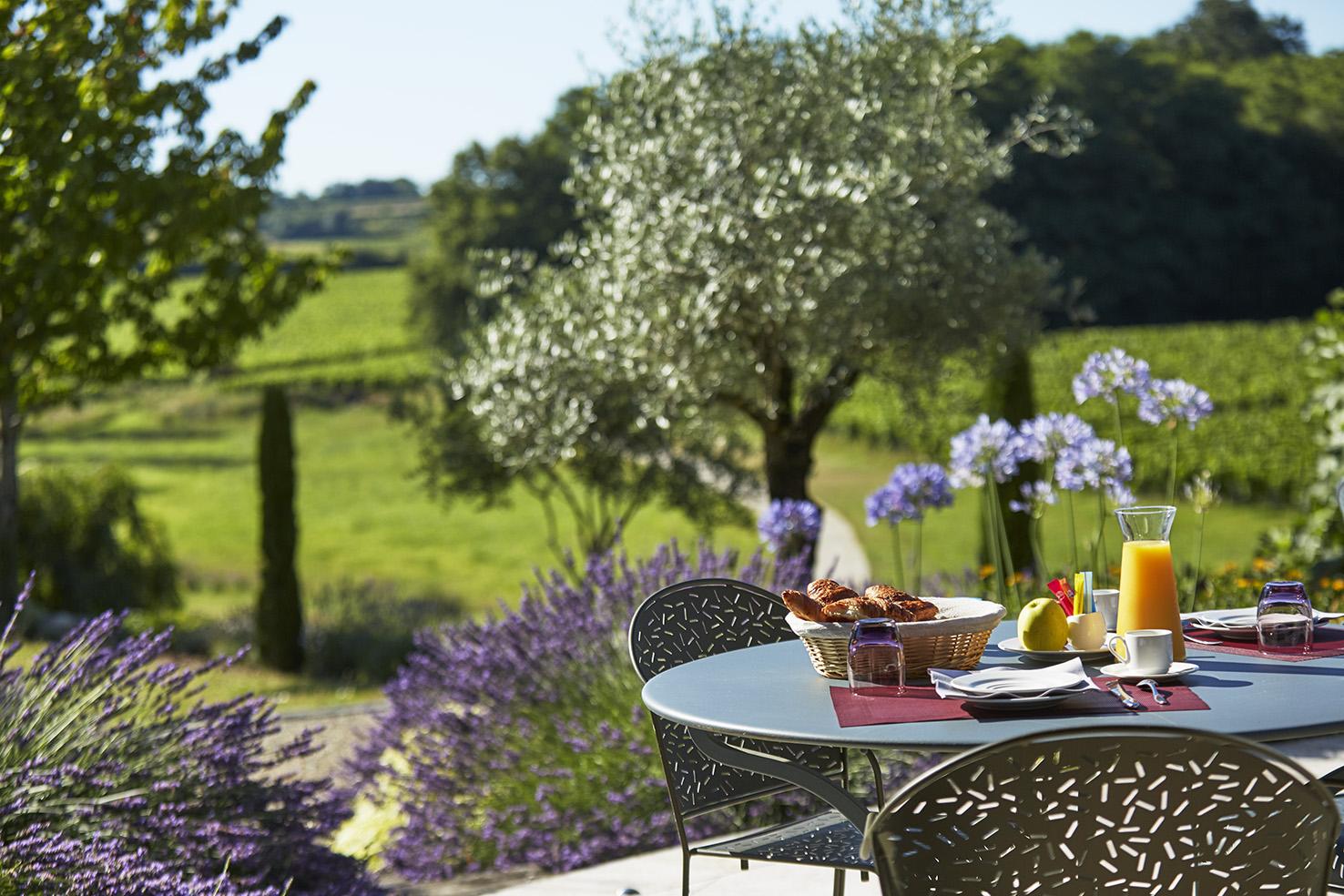 Petit déjeuner servi au jardin du château