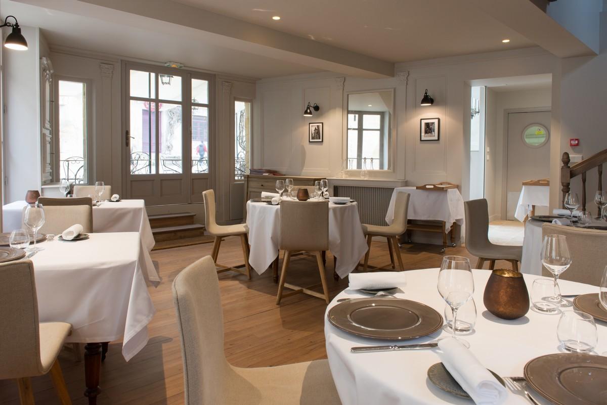 Tables dressées au restaurant gastronomique