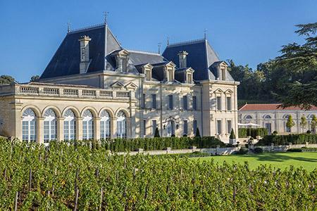 Château Bordeaux et domaine viticole vous attendent sur la route de vins Bordeaux. Découvrez les, visitez les caves et dégustez les grands vins de Bordeaux.