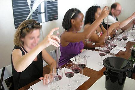 Participez à un atelier du vin, un atelier assemblage dans un Château, lors d'un week-end œnologie Bordeaux. Profitez-en pour assister à un cours œnologie !