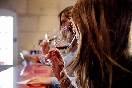 Venez en week-end œnologie à Bordeaux pour participer à un stage œnologie, un atelier du vin dans un domaine viticole et déguster des grands crus de Bordeaux.