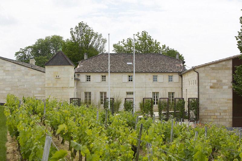 Un Château de Bordeaux, célèbre Saint-Emilion Grand Cru Classé, vous accueille pour vous faire visiter ses caves et vous initier à la dégustation de ses vins.