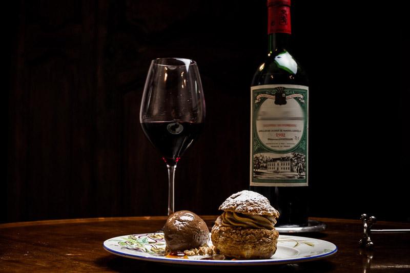 A Pomerol, dans un Château de Bordeaux, vous visitez les caves du domaine, puis vous déjeunez en terrasse avec repas du chef et vue sur le vignoble bordelais !