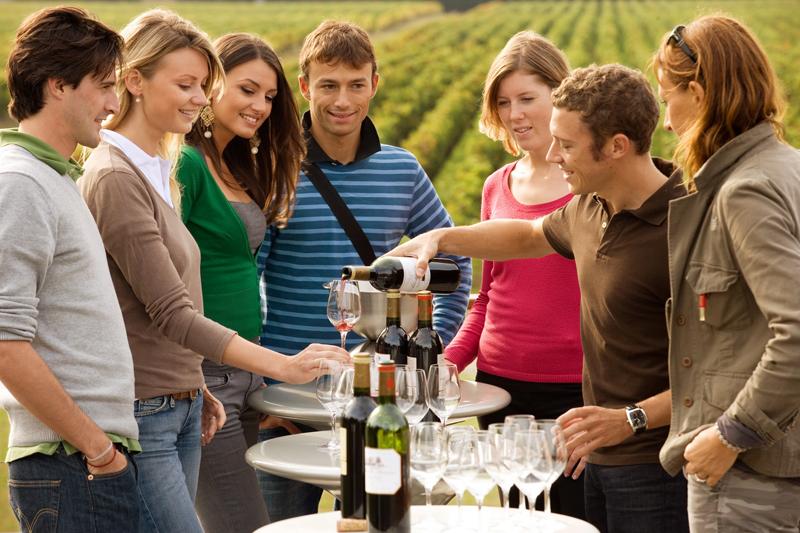 Coffret cadeau pour découvrir et sillonner la route des vins de bordeaux, une bonne idée cadeau à offrir : cadeau de mariage, départ retraite, anniversaire.