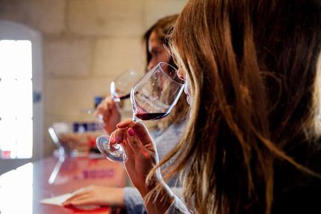 Stage œnologie pour apprendre à déguster le vin dans une propriété viticole du vignoble Bordelais, un cadeau œnologie pour faire plaisir ou se faire plaisir.