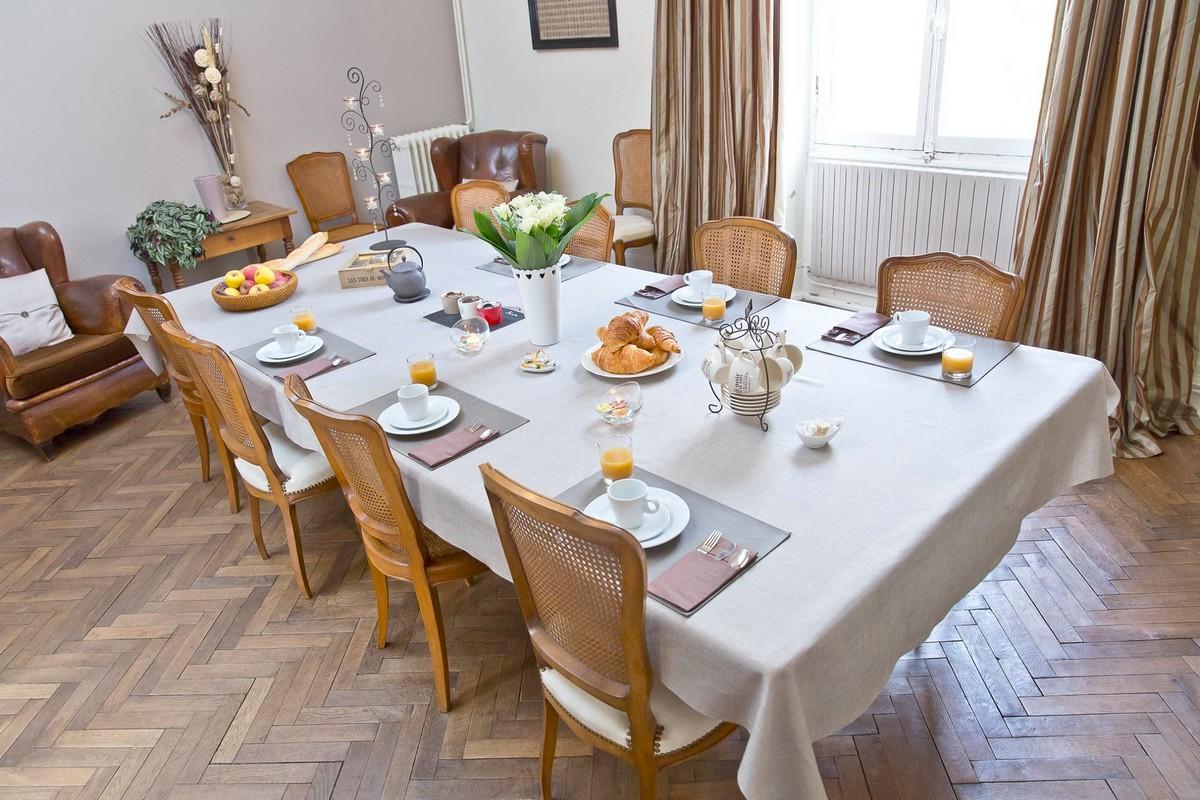 Table blanche dressée avec petit-déjeuner