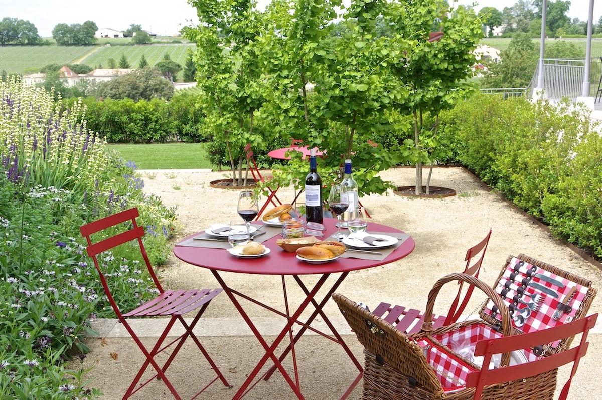 Table et jardin au coeur des vignes Bordelaises