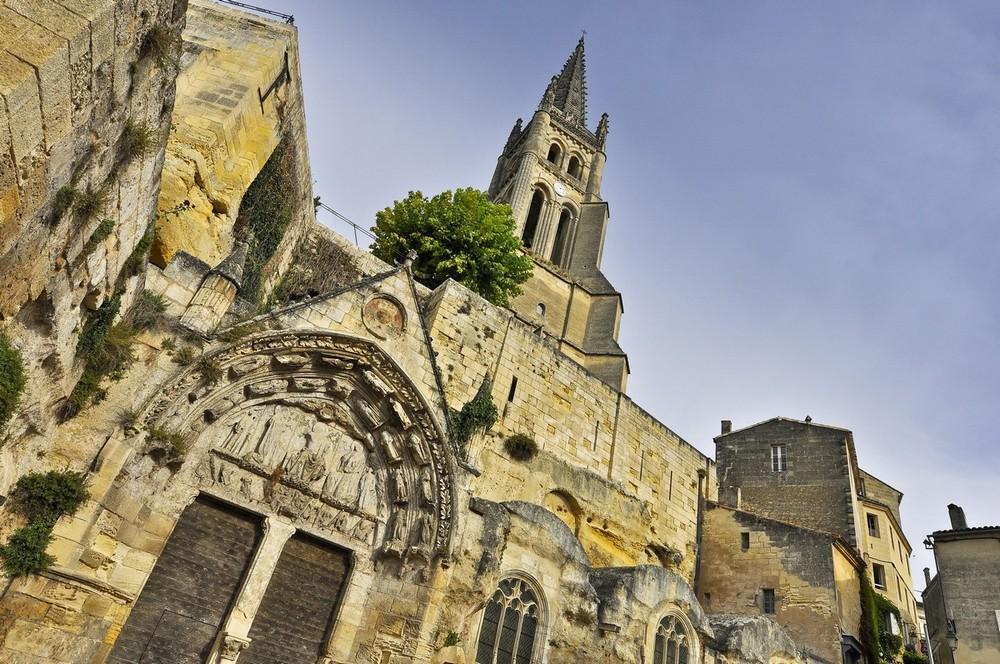 Vue de près de l'église monolithe Saint-Emilion