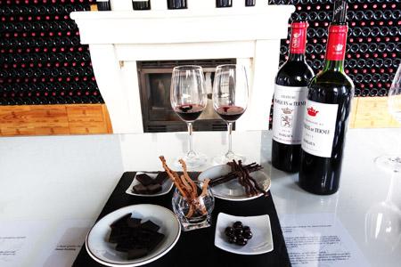 Coffret cadeau dégustation est une carte cadeau voyage pour un cours œnologie dans le vignoble de Bordeaux. Coffret découverte grand vin de Bordeaux à offrir