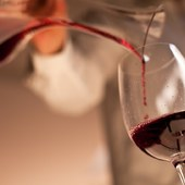 Décantez un vin, tout un art, lors de votre week-end gastronomique en Bordelais ! @laroute_des_vins  #artdevivre #routedesvins #grandvin #ideecadeaunoel #saintemiliongrandcru #medoc #margaux #gastronomiefrancaise