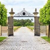 La vie de Château en Bordelais ! Pensez y pour une idée cadeau noël 🎁 @laroute_des_vins  #vinsdebordeaux #viedechateau #saintemilion #medoc #grandcru #vineyards🍇 #coffretcadeau #bienvivre #faireplaisir #bordeauxfrance