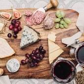 Venez déguster les vins de Bordeaux avec du fromage durant votre journée à Bordeaux ou week-end 😋 programmes sur @laroute_des_vins  #vinsdebordeaux #grandcru #epicurien #weekend #degustationdevin #oenologie #saintemiliongrandcru #medoc #adeuxcestmieux #savourer